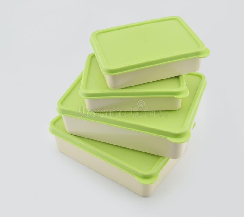 Pila di scatola di plastica verde su bianco fotografie stock libere da diritti