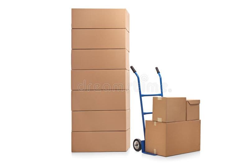 Pila di scatole e di carrello a mano immagini stock libere da diritti