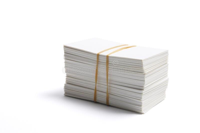 Pila di schede di nome in bianco immagini stock