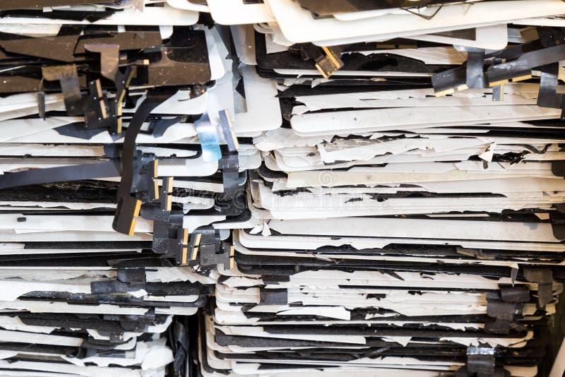 Pila di schermo di computer nocivo e rotto del cuscinetto della compressa fotografia stock