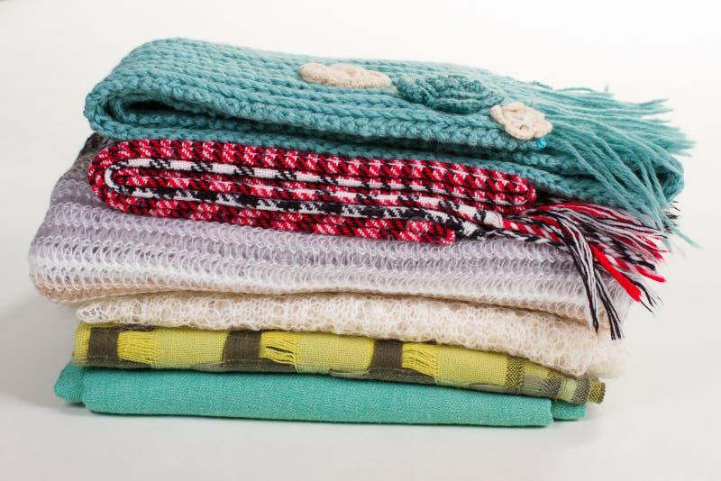 Pila di sciarpe differenti di inverno immagine stock