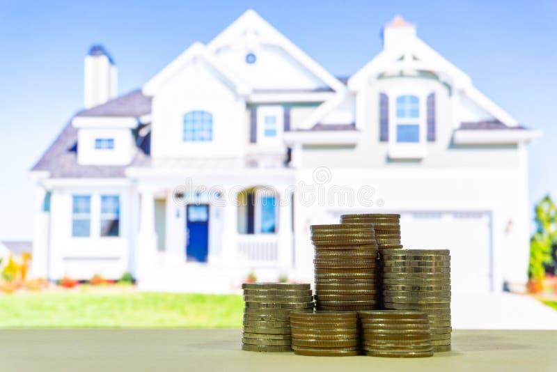 Pila di soldi con l'alloggio della sfuocatura sul fondo, concetto di finanza immagini stock libere da diritti