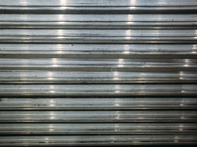 Pila di strati di profilo del metallo o dell'acciaio come fondo astratto del ferro galvanizzato per progettazione fotografia stock libera da diritti