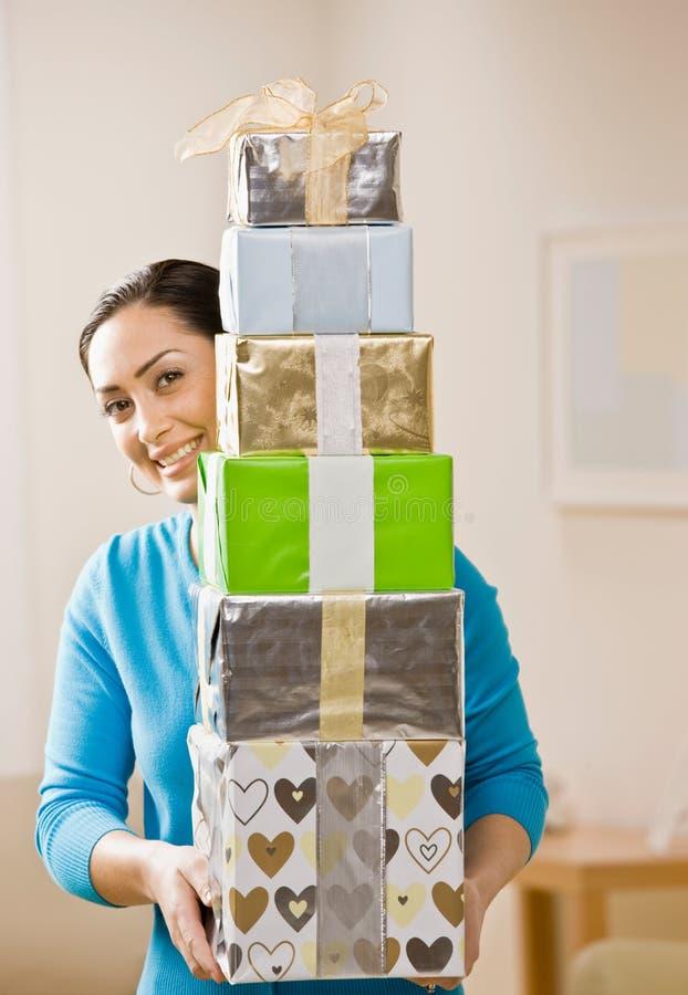 Pila di trasporto della donna di regali di compleanno festivi immagine stock