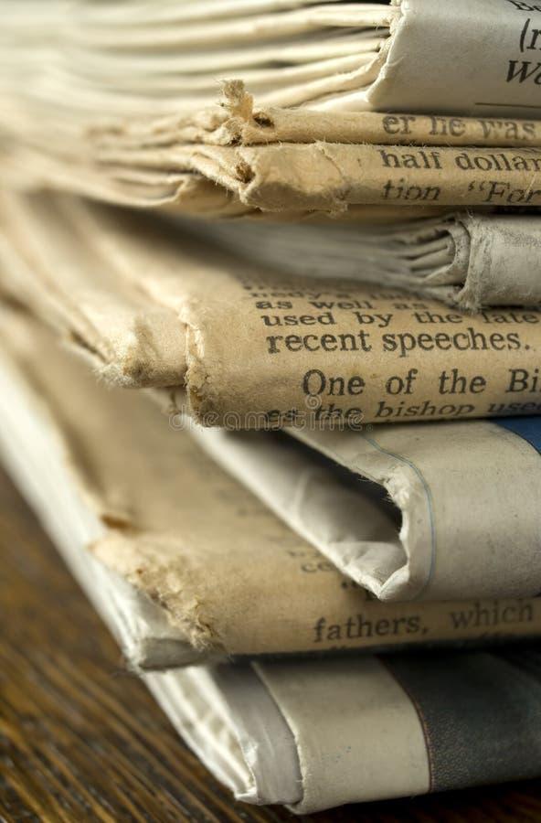 Pila di vecchi giornali. fotografie stock