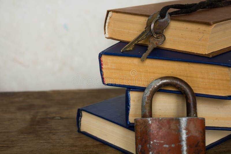 Pila di vecchi grandi libri e serratura immagini stock libere da diritti
