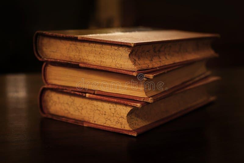 Pila di vecchi libri dalla copertina rigida d'annata immagine stock libera da diritti
