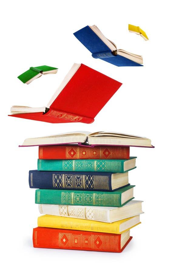 Pila di vecchi libri e di libri di volo immagine stock libera da diritti