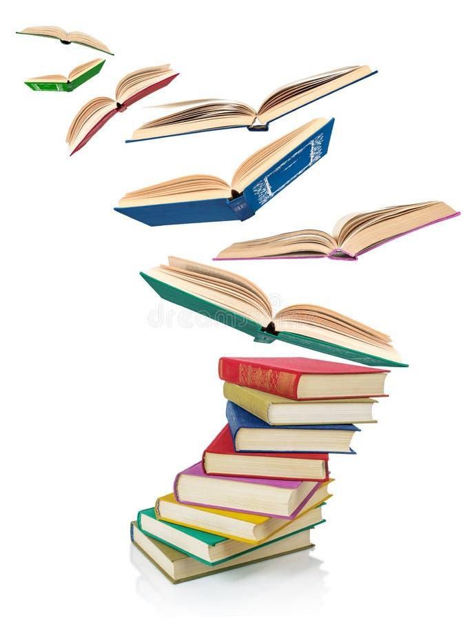 Pila di vecchi libri e di libri di volo immagine stock