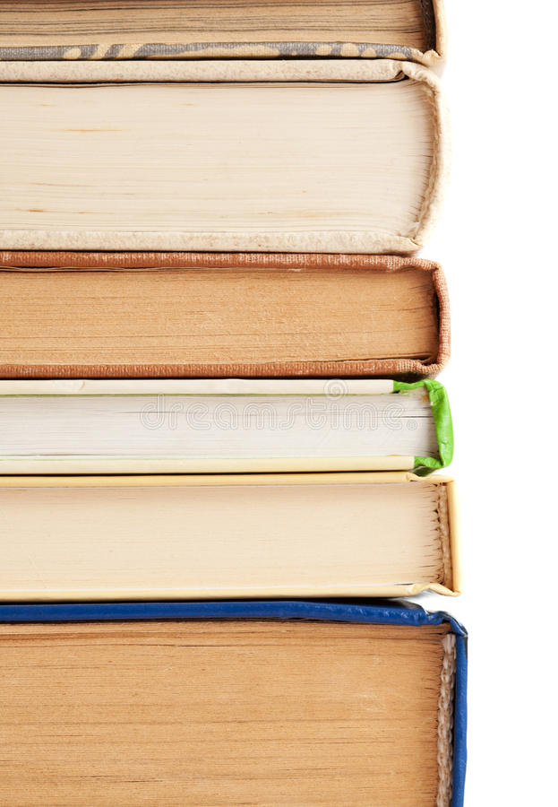 Pila di vecchi libri isolati su fondo bianco fotografia stock libera da diritti