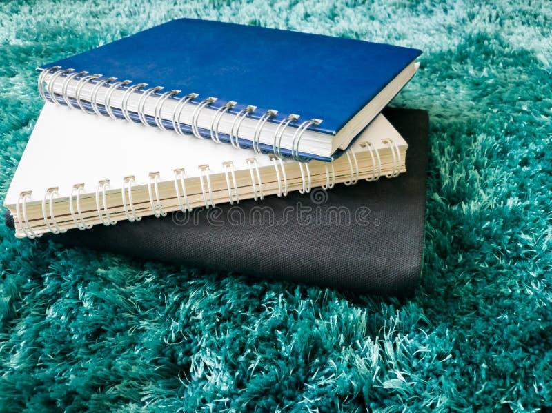 Pila di vista superiore di libro sul tappeto immagini stock libere da diritti