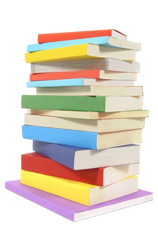 Pila disordinata di libri di libro in brossura variopinti fotografia stock libera da diritti