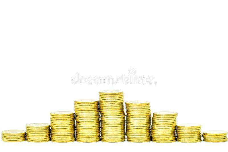 Pila dorata delle monete isolata su fondo bianco immagini stock