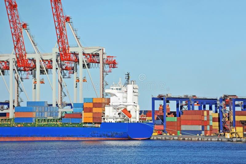Pila e nave del contenitore immagine stock