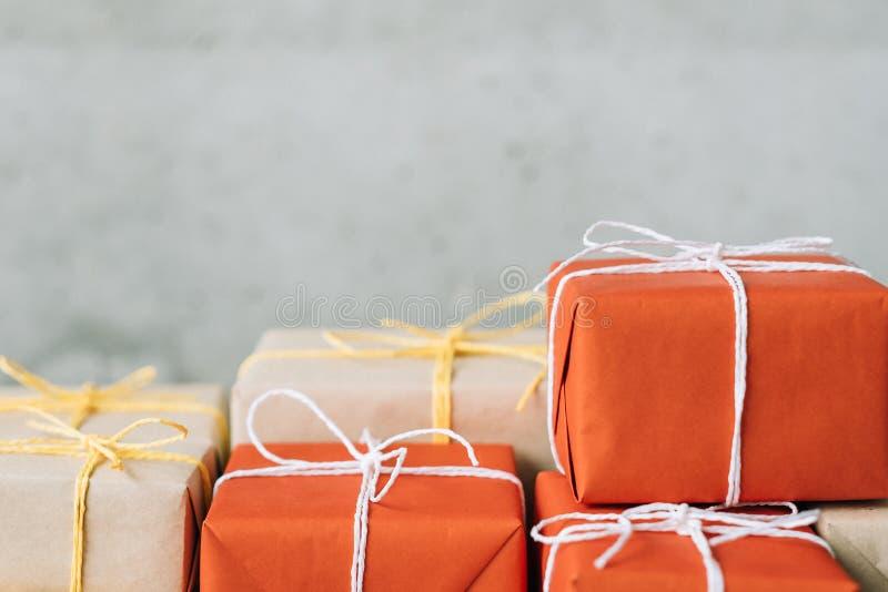 Pila en línea del paquete del servicio de entrega que hace compras foto de archivo
