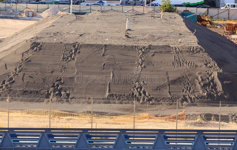 Pila enorme de arena como fundación del edificio foto de archivo libre de regalías
