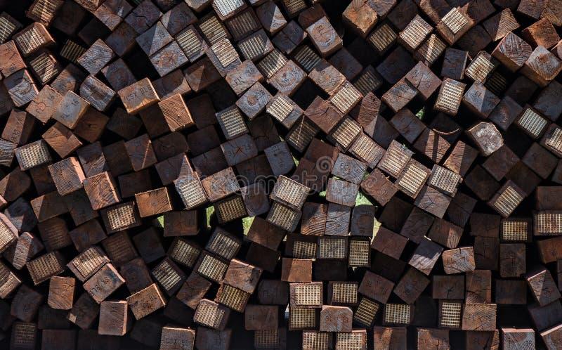 Pila enorme de tejas inusitadas del ferrocarril fotografía de archivo libre de regalías