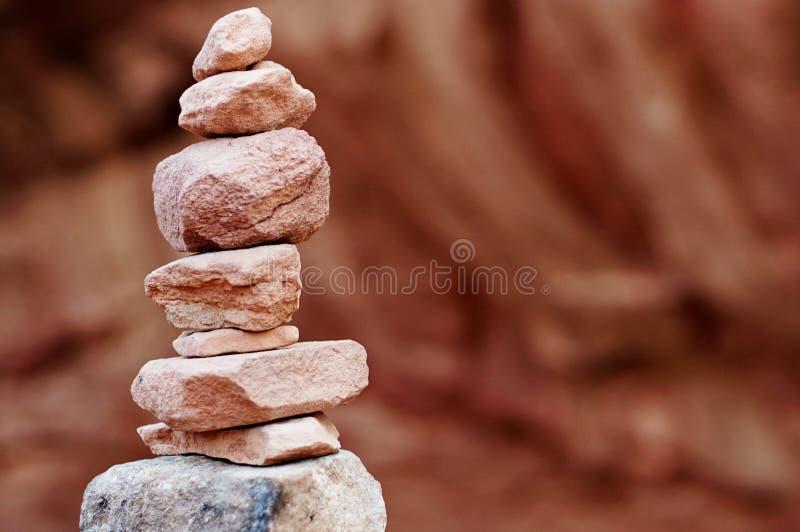 pila equilibrada de rocas en el desierto con las montañas en el fondo foto de archivo libre de regalías
