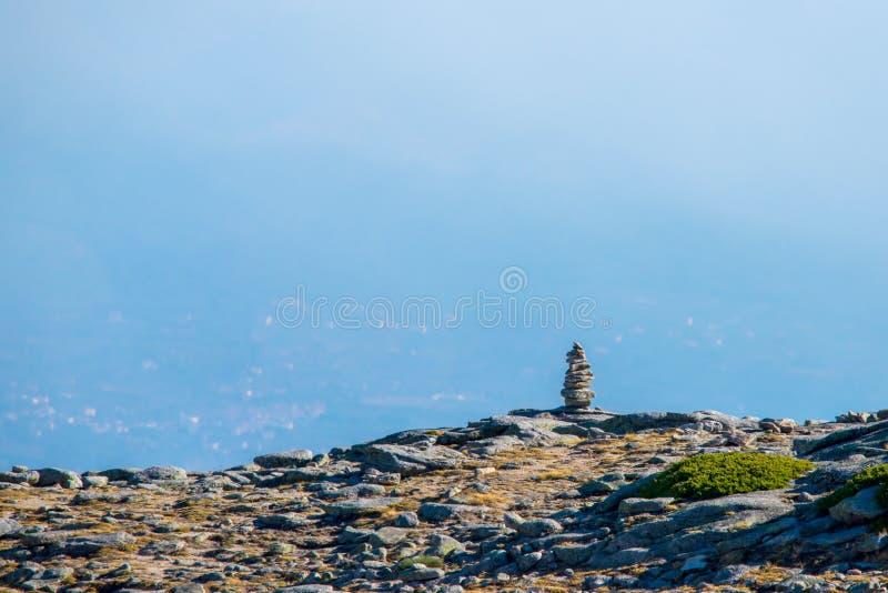 Pila equilibrata delle pietre di zen in alte montagne Mountain View scenico immagini stock libere da diritti
