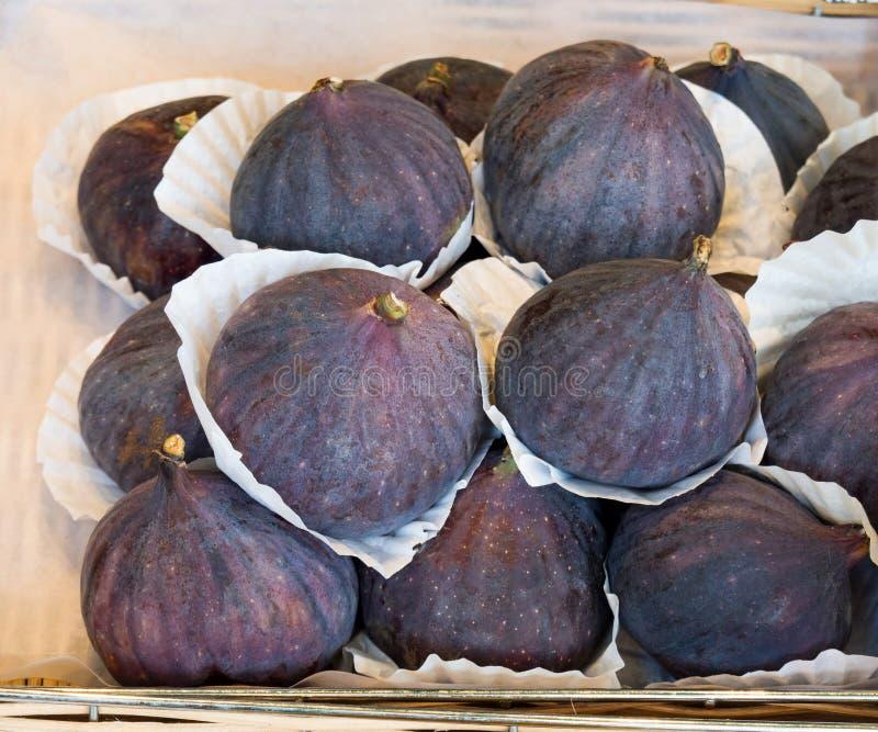 Pila fresca dei fichi, maturo e saporito, Autumn Fruit, sul mercato di vendita immagine stock libera da diritti