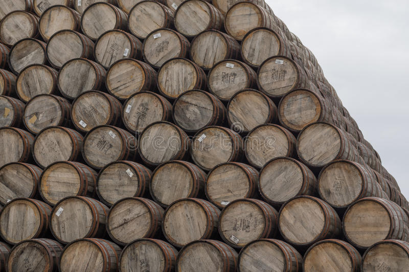 Pila grande de barriles del whisky fotografía de archivo libre de regalías