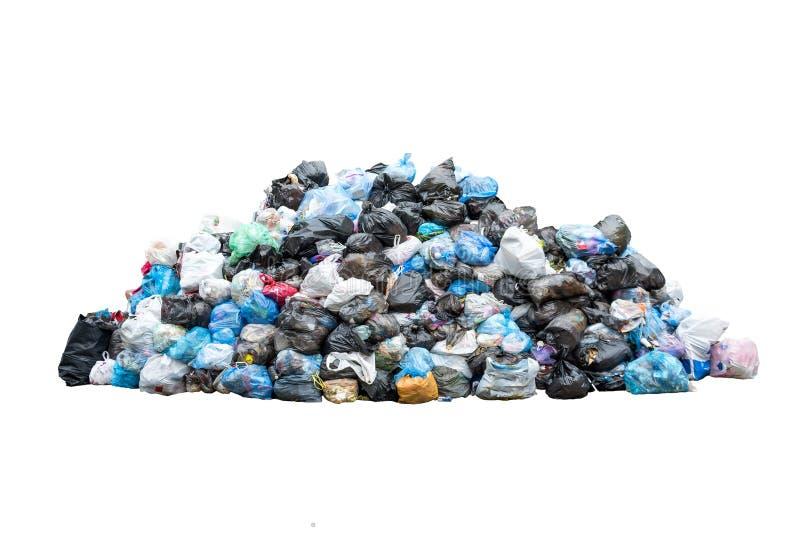 Pila grande de basura en los bolsos de basura azules negros aislados en el fondo blanco Concepto de la ecología Desastre del ambi imagen de archivo