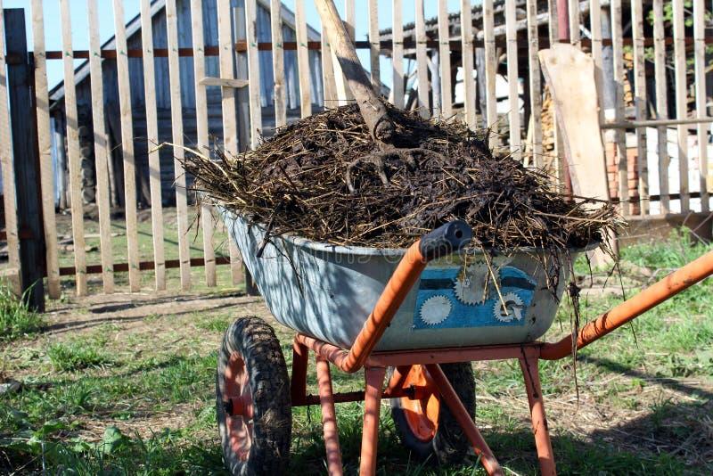 Pila grande de fertilizante org?nico en un carro fotos de archivo