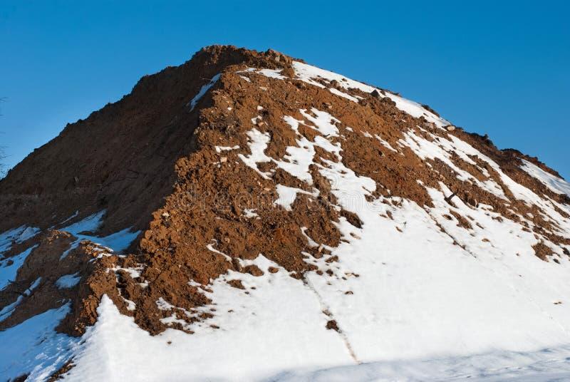 Pila grande de suelo en el invierno fotografía de archivo