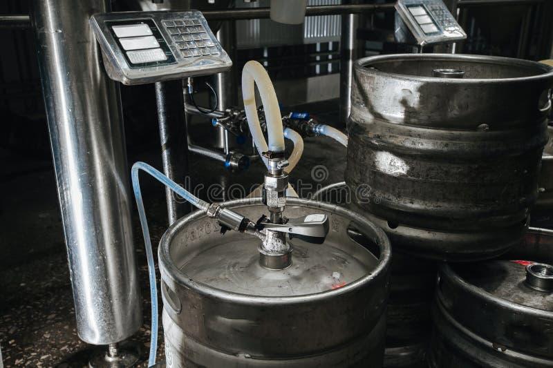Pila industrial de acero de barriletes de cerveza contra fotografía de archivo libre de regalías