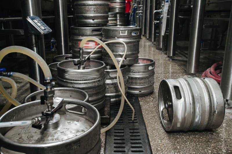 Pila industrial de acero de barriletes de cerveza contra fotografía de archivo