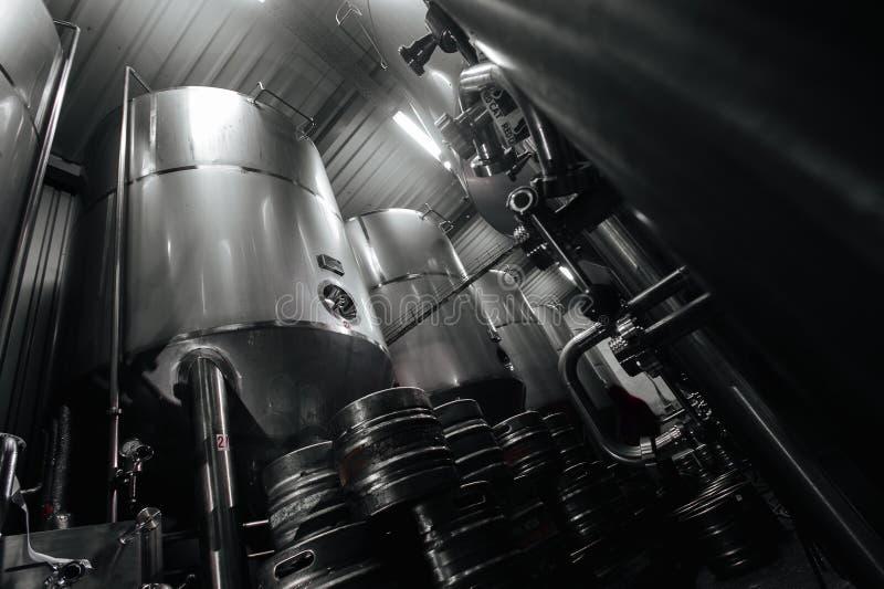 Pila industrial de acero de barriletes de cerveza contra imagen de archivo libre de regalías