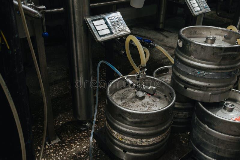 Pila industrial de acero de barriletes de cerveza contra foto de archivo libre de regalías