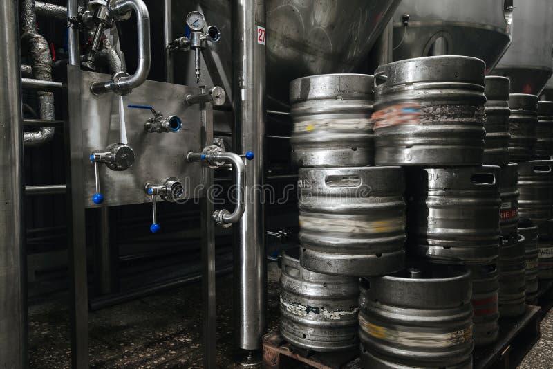 Pila industrial de acero de barriletes de cerveza contra fotos de archivo libres de regalías