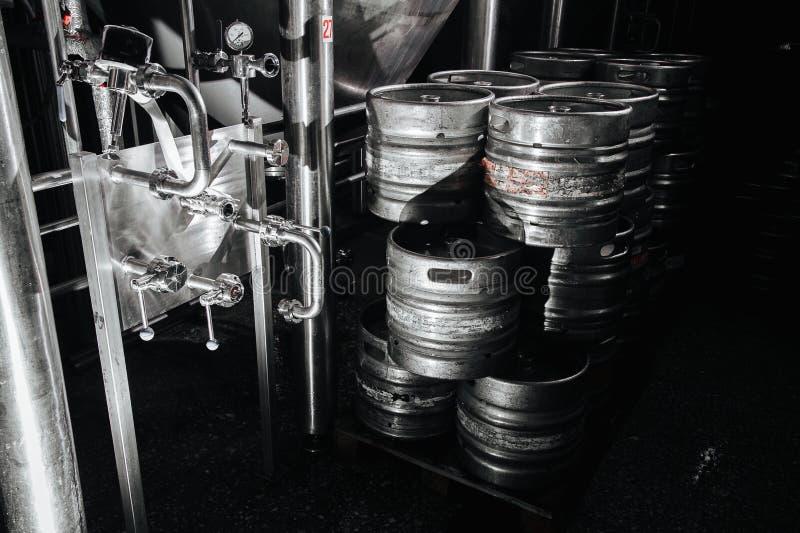 Pila industrial de acero de barriletes de cerveza contra imágenes de archivo libres de regalías