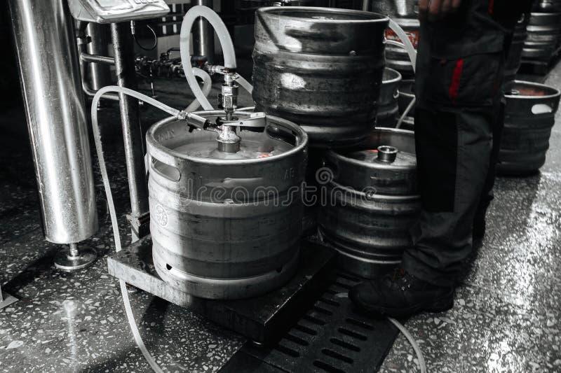 Pila industrial de acero de barriletes de cerveza contra imagen de archivo