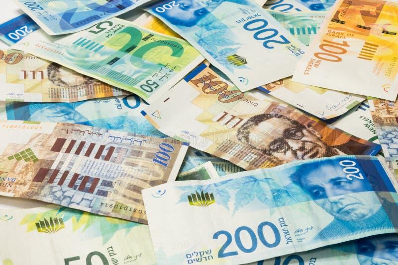 Pila israelí del dinero de nuevos billetes de banco israelíes de diverso valor en los shekels NIS foto de archivo