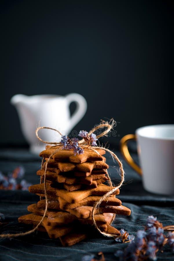 Pila legata di biscotti a forma di stella del pan di zenzero fotografie stock libere da diritti