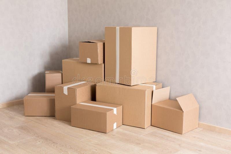 Pila móvil de las cajas en nuevo sitio vacío imágenes de archivo libres de regalías