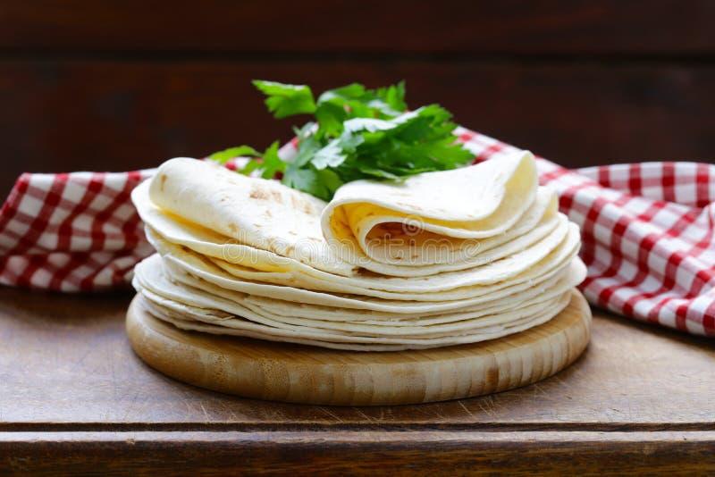 Pila plana de las tortillas del pan imagenes de archivo