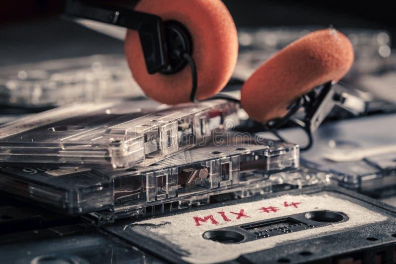 Pila retra de casetes audios en la tabla de madera fotos de archivo libres de regalías