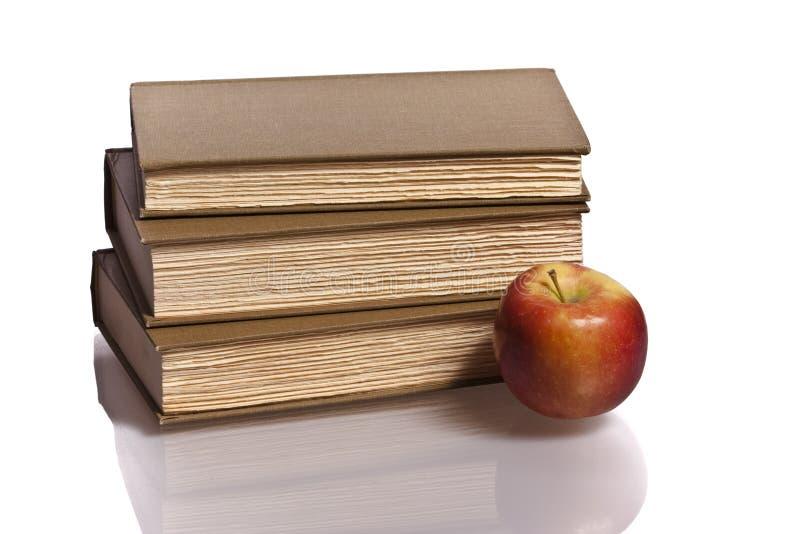 Pila roja de la manzana de libros foto de archivo