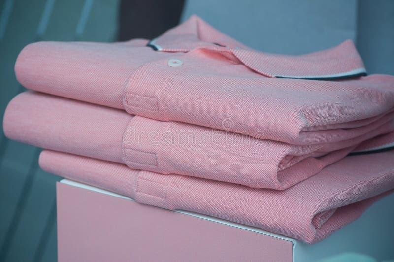 pila rosa di polo in un deposito di modo degli uomini immagini stock