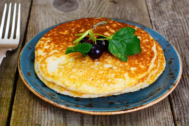 Pila saporita dei pancake con il ribes fotografia stock