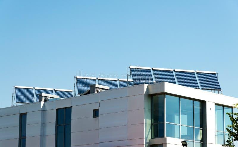 Pila solare di vuoto per il sistema del riscaldamento dell'acqua sul tetto di costruzione moderno Energia verde, riscaldamento al immagini stock