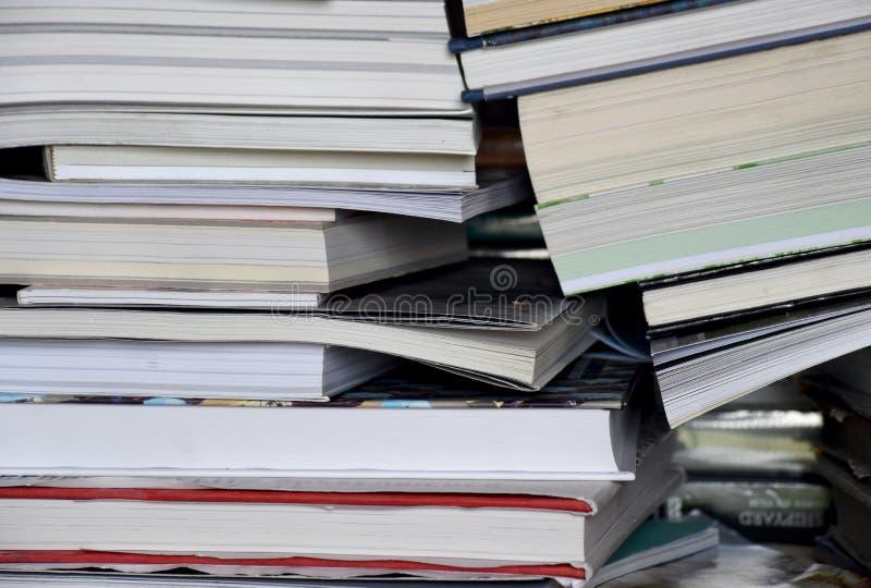 Pila verticale di libri in un mucchio fotografie stock
