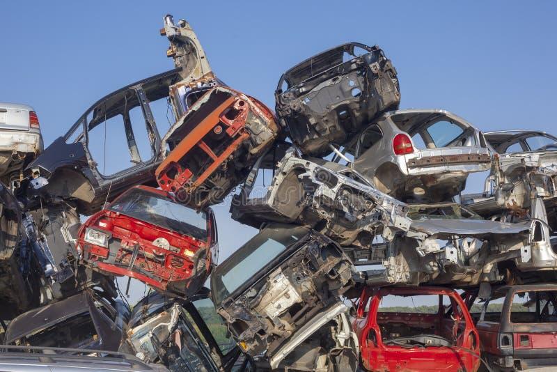 Pila vieja de los coches - depósito de chatarra del coche - vehículos dañados que esperan el rec foto de archivo