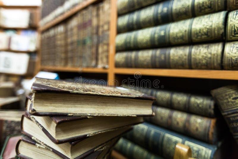 Pila y estante de librería de libro en una biblioteca imagenes de archivo