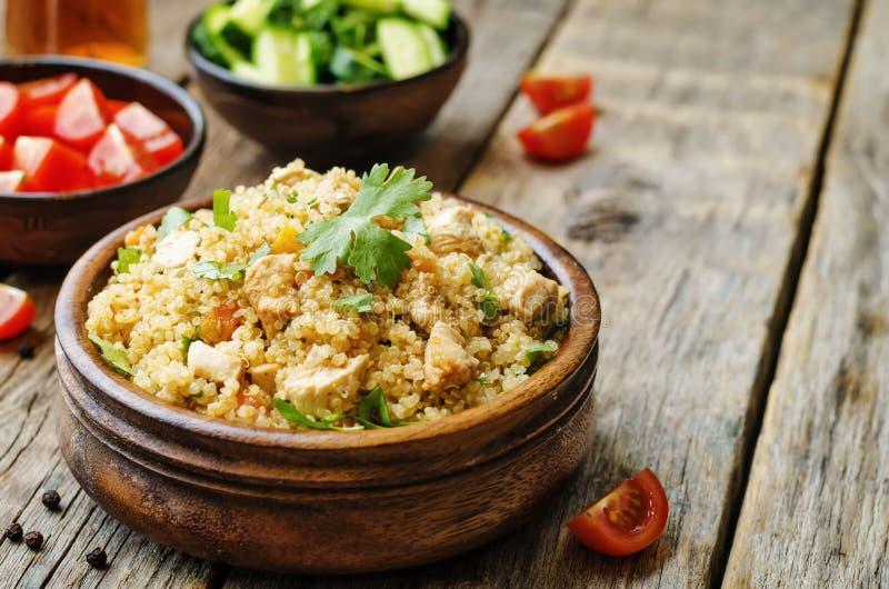 Pilaf квиноа с цыпленком и овощами стоковое фото