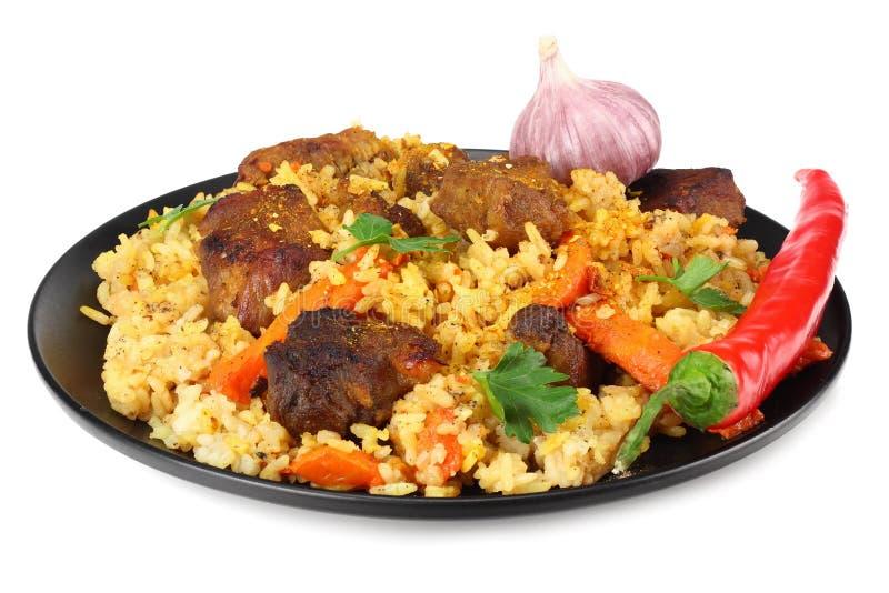 pilaf с перцем мяса и chili на черной плите изолированной на белой предпосылке стоковые фото