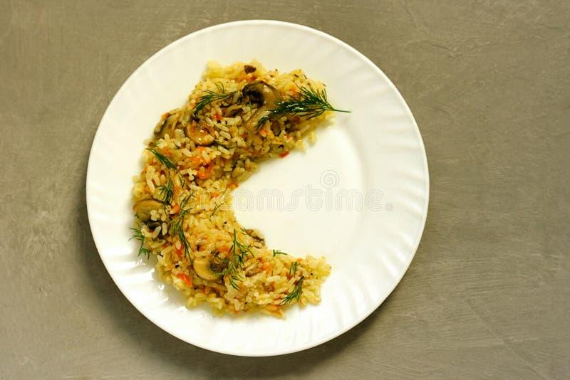 Pilaf традиционное вкусное блюдо сделанное из зажаренных в духовке мяса, луков, морковей, луков, и чеснока стоковые фотографии rf